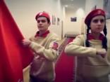 """Noskaties: Krievijā """"Jaunarmijas"""" dalībnieki izmēģina roku manekenu izaicinājumā"""