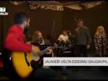 Jaunieši velta dziesmu Daugavpilij