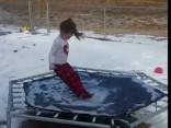 Неудачный прыжок на обледеневшем батуте сделал девочку звездой соцсетей