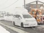 """Pie mums ir tikai """"odziņas"""" - Japānā uzsnidzis divus metrus biezs sniegs"""