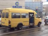 Aculiecinieka video: Rīgas centrā pasažieru mikriņš brauc ar atvērtām durvīm