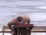 Noskaties kā Rīgā Daugavu iesvētīja un pareizticīgie ūdeni gremdējās