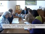 Rēzeknes domes priekšsēdētājs preses konferencē stāsta par jaunajām pilsētnieku biļetēm