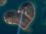 Romantiski: izpletņlēcēji iekaro sirds formas salu