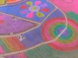 Neiedomājams skaistums! Ķīnā izvieto 400 tūkstošus krāsainu vēja dzirnaviņu