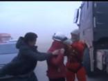 Simtiem cilvēku Ķīnā pamet auto spēcīgā vēja dēļ