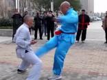 Savādā Ķīna: slavu iemantojis Kung-fu meistars ar «dzelzs mantību»