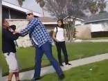 Policists izmanto ieroci pret pusaudžiem, kas bradāja par viņa mauriņu