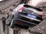 Auto saslīd un vadītājs attopas uz mājas jumta