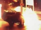 Zaudē kontroli pār auto un ietriecas benzīntankā