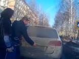 Игра или издевательство? Родители перевозят своего сына в багажнике машины