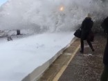 Невероятное видео: в США поезд снес людей с перрона снежной волной