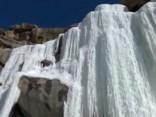 Noskaties: Kūstošais sniegs Ķīnā radijis 30 metrus augstu ledus statuju