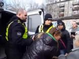 Iereibušai sievietei policisti atņem bērnu; sieviete sakož likumsargu
