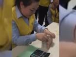 Китаянка считает деньги со скоростью света