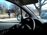 Aizputes pusē smagajam atāķējas piekabe, kura noripo no ceļa