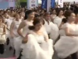 Savādie Austrumi: vai tu varētu noskriet četrus kilometrus līgavas kleitā?