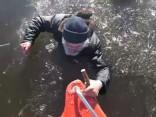 Noskaties: Igaunijā glābēji operatīvi un profesionāli palīdz ledū ielūzušam vīrietim