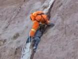 Par mata tiesu: zēns Ķīnā, krītot no klints, iestrēgst aizā un izdzīvo