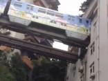 Trakā pasaule: vilciens Ķīnā kursē cauri daudzdzīvokļu namam