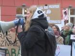 Dzīvnieku tiesību aizstāvju nemierīgais mītiņš pulcējis ap 200 protestētāju