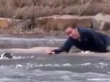 Saimnieks, glābjot suni no noslīkšanas, ielūst ledainā ūdenī