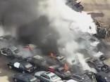 Tirdzniecības laukumā sadeg vismaz 35 automašīnas