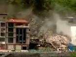 В Китае оползень снес семиэтажный дом