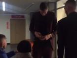 Порзиньгис, прибыв на пресс-конференцию, раздал детям автографы
