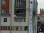 Спрыгнувшего с горящего балкона мальчика поймали рекламным баннером
