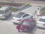 Nespējot iebraukt stāvvietā, divas dāmas savu auto cenšas tajā iecelt
