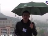 Noskaties: ķīniešu reportieris negaisa laikā saņem elektrības triecienu
