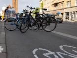 Daži riteņbraucēji mēģina nepieļaut Brīvības ielas posmā uzkrāsotās velojoslas aizkrāsošanu