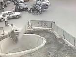 Mopēda vadītājs Ķīnā izraisa trīs sadursmes un iekrīt būvbedrē