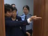 Korupcijā apsūdzētā Dienvidkorejas bijusī prezidente stājas tiesas priekšā