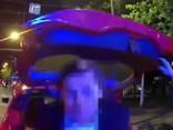 Taksists Rīgas centrā bagāžniekā pārvadā klientu no Portugāles