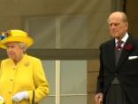 Karaliene Elizabete II ietur klusuma pauzi, pieminot Mančestrā bojāgājušos