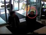 Aizdomās par sveša transportlīdzekļa sabojāšanu Valsts policija meklē video redzamo sievieti