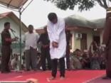 Indonēzijā izpilda sodu geju pārim - 86 sitienus ar nūju