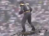 Noskaties: Vīrietis, lidojot uz drona, nogādā bumbu tiesnesim