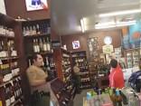 Pāvs sarīko 500 dolāru vērtu grautiņu ASV dzērienu veikalā