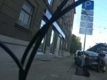 Припаркованная машина мешает проехать трамваю на Кр. Барона