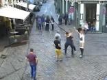 Решил порадовать друзей: в Вецриге турист разгуливал со спущенными штанами