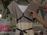 Lelde Lietaviete parāda savu īpašo kleitu, kurā saņēmusi bildinājumu