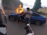 Pēc skriešanās ar motocikliem nodeg BMW M5