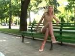 Meitene parkā vīriešiem rāda pamatinstinktu