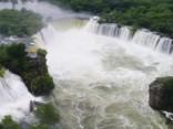 Skaisti: Ķīnā lietusgāzes izveidojušas pakavam līdzīgu ūdenskritumu