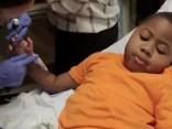 Zēns divus gadus pēc abu roku transplantēšanas spēlē basketbolu