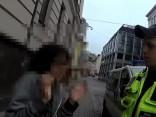 Rīgas policisti cenšas saprast ļoti piedzērušos Japānas pilsoni