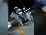 Teksasietis uz zirga iejāj ātrās ēdināšanas restorānā